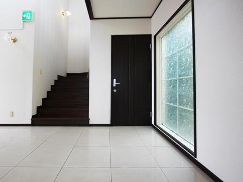 広々とした玄関入口正面でございます。