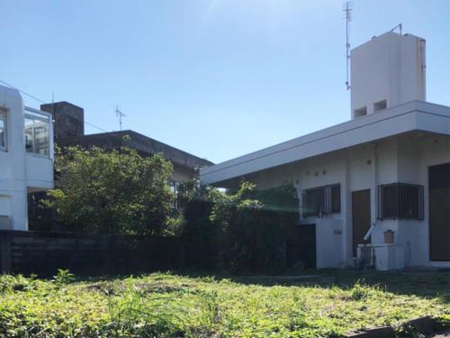 右上に見える平屋の建物が上物でございます。
