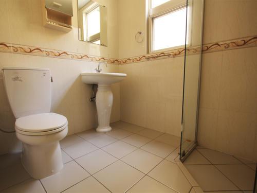 お手洗いまでもが広々!お洒落な洗面台が魅力的でございます。