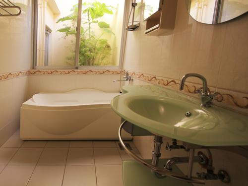 タイル張りの広々バスルームはリラックス空間!
