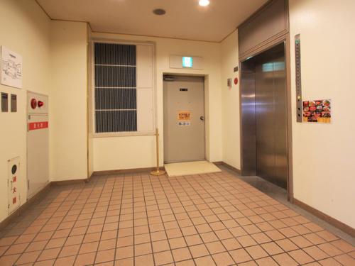 タイルの床が雰囲気ある9階エレベーターホールです。