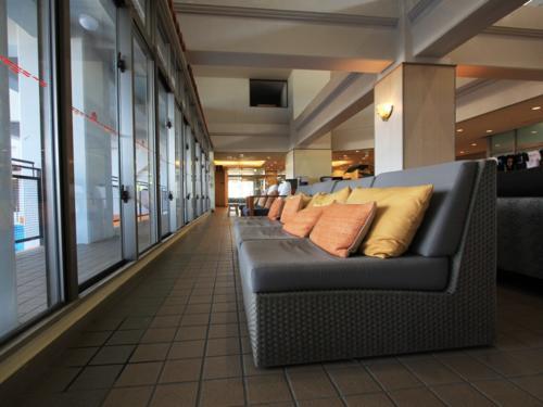 ゆっくりとできるソファーも完備のロビーでございます。