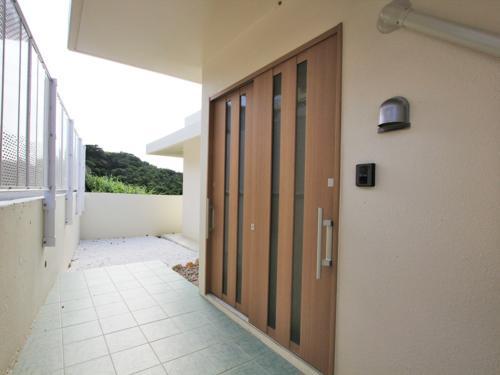 玄関ドアはワイドサイズの引き戸