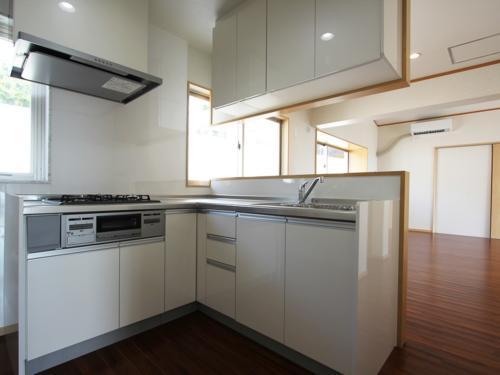 L字型のキッチンは窓があり明るい