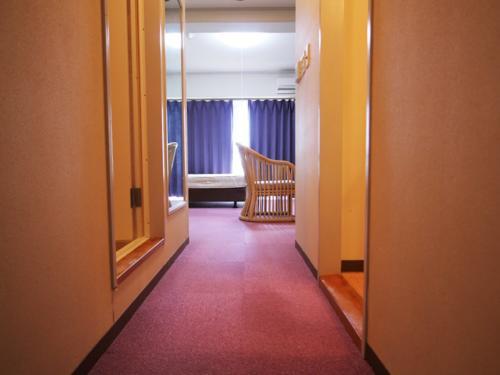 ピンクの絨毯が魅力的なレトロ感あるお部屋でございます!