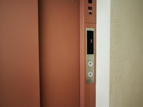 風合いというのかしら?ピンクのエレベーター