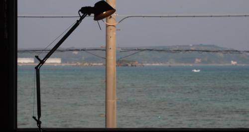 一歩外へ出ればそこは海!とわかる窓からの景色。