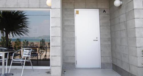 コンクリートとシルバーのドアが上手くマッチしています。